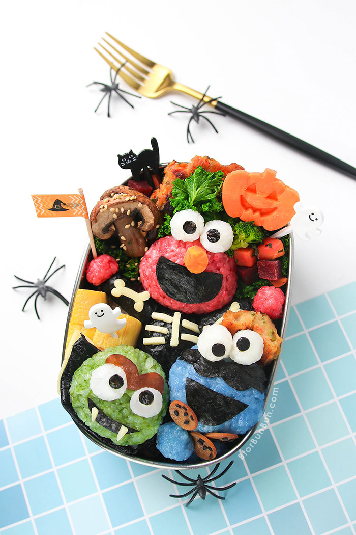 Halloween Bento with Sesame Street Elmo, Cookie Monster and Oscar! Using natural food coloring makes it safe and healthy for kids. Tutorial on BforBunBun.com #halloween #bento #lunch #halloweenfood