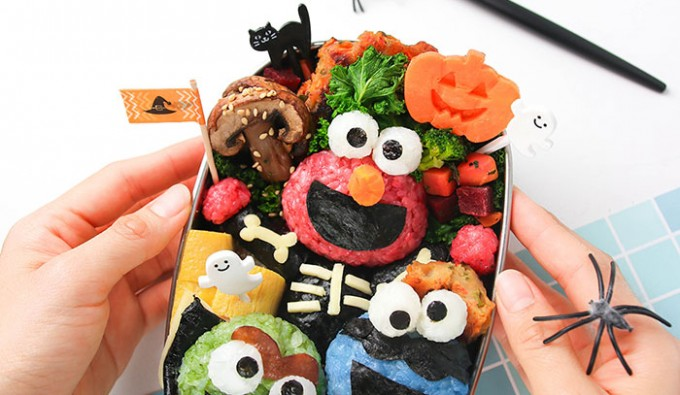 Love this super cute and non-scary Halloween bento with Elmo, Oscar and my favorite Cookie Monster! #Sesamestreet #halloween #foodart #bento #lunchbox