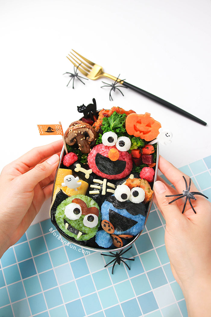 Make your kid smile with this Halloween Sesame Street bento, complete with Elmo, Oscar and Cookie Monster! | BforBunBun.com #halloween #bentolunch