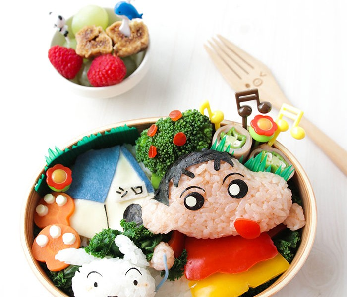 Do you know how to achieve the bright red and yellow colors of Crayon Shinchan's iconic apparel without using artificial food coloring? Complete tutorial on BforBunBun.com. #bento #charaben #kyaraben #foodart #cutefood