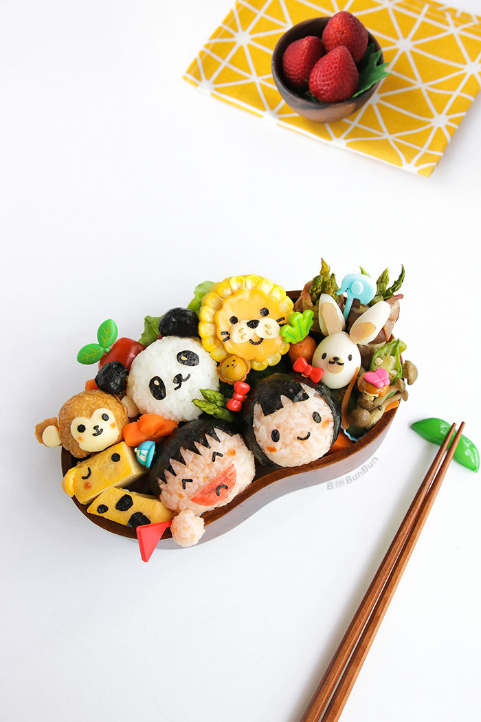 Zoo Animals Bento filled with a giraffe, monkey, panda, lion, rabbit. Great lunchbox idea for a trip to the zoo with your kid. Definitely will definitely bring a smile to your kid's face! ^_^| www.BforBunBun.com #bento #foodart #charaben